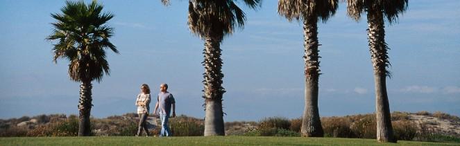 Couple-walking-on-beach-path-663-x-200