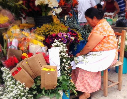 Flower seller in Tegucigalpa, Honduras Mercado/Market